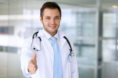 微笑的男性医生准备好握手 免版税库存图片