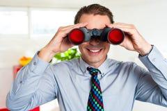微笑的男性经理寻找企业成就 免版税库存图片