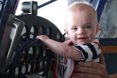 微笑的男婴是未来飞行员 库存图片