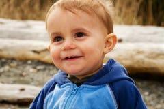 年轻微笑的男婴 免版税库存照片