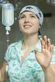 微笑的癌症女孩 免版税库存照片