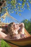 微笑的白种人白肤金发的夫人Resting画象在小丘Duri 图库摄影
