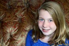 微笑的白肤金发的女孩在演播室 免版税库存照片