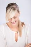 微笑的白肤金发的女性 库存照片