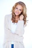 微笑的白肤金发的妇女佩带的毛线衣羊毛衫 免版税库存照片