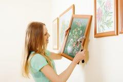 微笑的白肤金发的妇女垂悬的图片 图库摄影