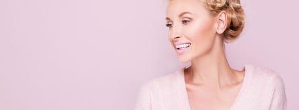 微笑的白肤金发的妇女秀丽画象  图库摄影