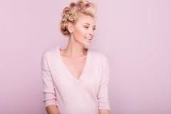 微笑的白肤金发的妇女秀丽画象  免版税库存图片