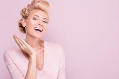 微笑的白肤金发的妇女秀丽画象  免版税库存照片