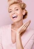 微笑的白肤金发的妇女秀丽画象  库存照片