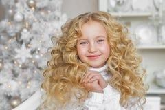 微笑的白肤金发的小女孩画象圣诞节的装饰了演播室 免版税库存图片