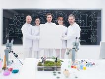微笑的研究员在实验室 免版税库存图片
