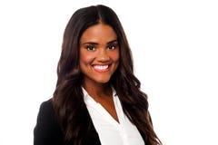 微笑的确信的女性商业主管 免版税库存图片