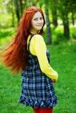 微笑的红发女孩,户外 图库摄影
