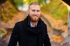微笑的红头发人男性画象  免版税库存照片