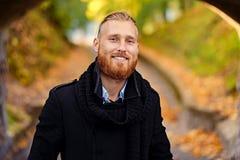 微笑的红头发人男性画象  库存图片