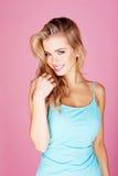 微笑的美丽白肤金发 免版税库存图片