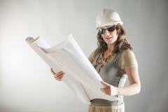 微笑的美丽的妇女建筑师 免版税库存照片