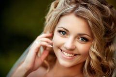 微笑的美丽的新娘 免版税库存图片