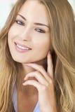 微笑的美丽的白肤金发的妇女嫉妒 免版税库存照片