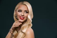 微笑的美丽的白肤金发的妇女,被隔绝 免版税库存图片
