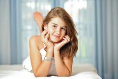 微笑的美丽的青少年的女孩纵向在家 免版税库存照片