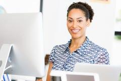微笑的美国黑人的办公室工作者画象offfice的 库存照片