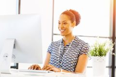 微笑的美国黑人的办公室工作者画象offfice的 免版税库存照片