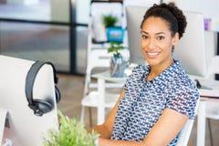 微笑的美国黑人的办公室工作者画象offfice的 图库摄影