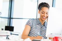 微笑的美国黑人的办公室工作者画象offfice的 免版税库存图片