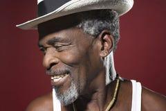 微笑的老人佩带的浅顶软呢帽 库存图片