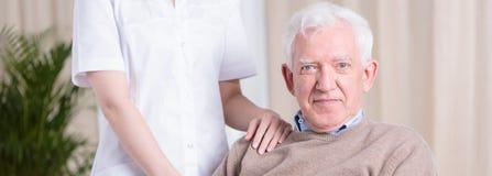 微笑的老人和护士 库存图片