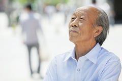 微笑的老人画象,户外在北京 免版税图库摄影