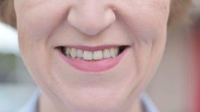 微笑的老妇人的俏丽的嘴唇