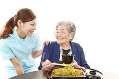 微笑的老妇人 免版税库存照片