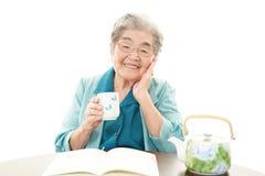 微笑的老妇人 图库摄影