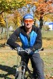 微笑的自行车骑士 库存图片