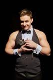 微笑的英俊的男性舞蹈家palming的小猫 免版税库存图片