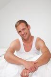 微笑的英俊的肌肉年轻人 免版税库存照片
