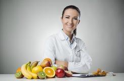 微笑的营养师在工作 免版税库存照片