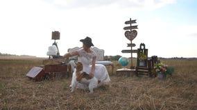 微笑的葡萄酒加工好的新娘使用与逗人喜爱的狗在构成的背景包括了老 股票视频