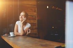 微笑的行家女孩叫与手机,当放松时在走以后在夏日 免版税图库摄影