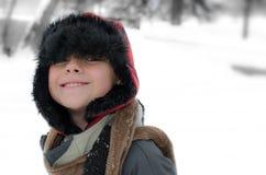 微笑的被包的男孩斯诺伊冬日 免版税库存图片