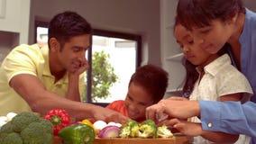 微笑的西班牙家庭一起烹调 股票录像