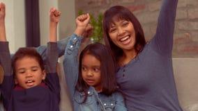 微笑的西班牙家庭举起他们的手 股票视频