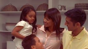 微笑的西班牙家庭在厨房里 股票视频