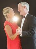 微笑的资深夫妇跳舞 免版税库存照片