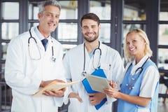微笑的资深医生画象有工友的 库存图片