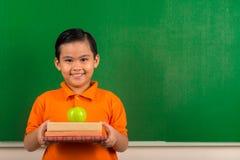 微笑的越南男小学生 免版税库存照片