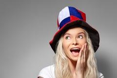微笑的足球迷面孔 女孩惊奇 表现出的妇女喜悦的情感 在冠军的俄国队支持者 免版税库存图片